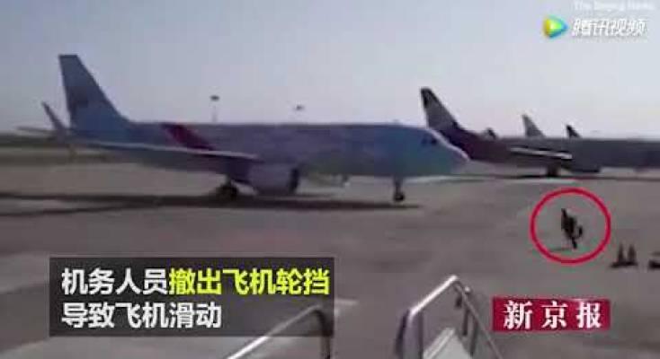 صورة فيديو | عامل صيني يمنع حدوث كارثة ويوقف طائرة كبيرة بهذه الطريقة